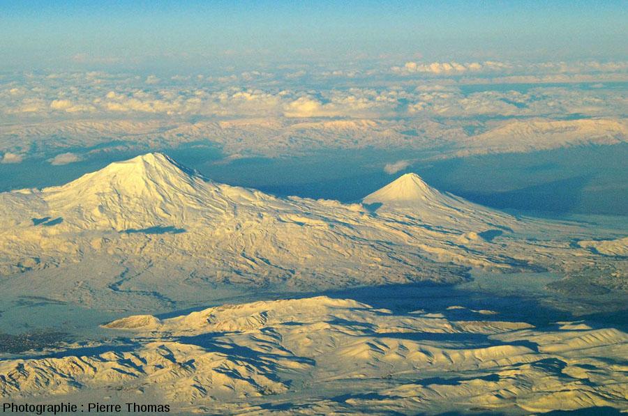 Vue globale sur les Grand et Petit Ararat et sur les ombres qu'ils font derrière eux à cause de l'éclairage rasant