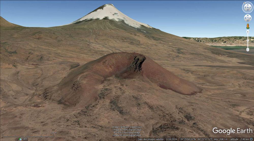 """Un """"petit"""" cône strombolien égueulé (1400m de diamètre, 300m de haut) avec une coulée sortant par l'égueulement"""