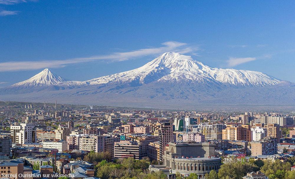 Le Grand et le Petit Ararat photographiés en avril 2016 depuis Erevan (capitale de l'Arménie)
