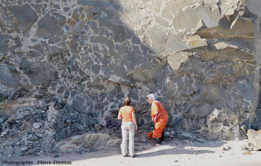 """Un affleurement à """"gabbro et granite"""" sur la route côtière n°49, 130km à l'Est de Salalah, Sultanat d'Oman"""