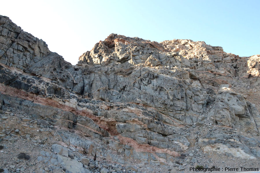 Vue générale sur un secteur riche en filons presque horizontaux, dont un filon fait de cette imbrication granite-gabbro
