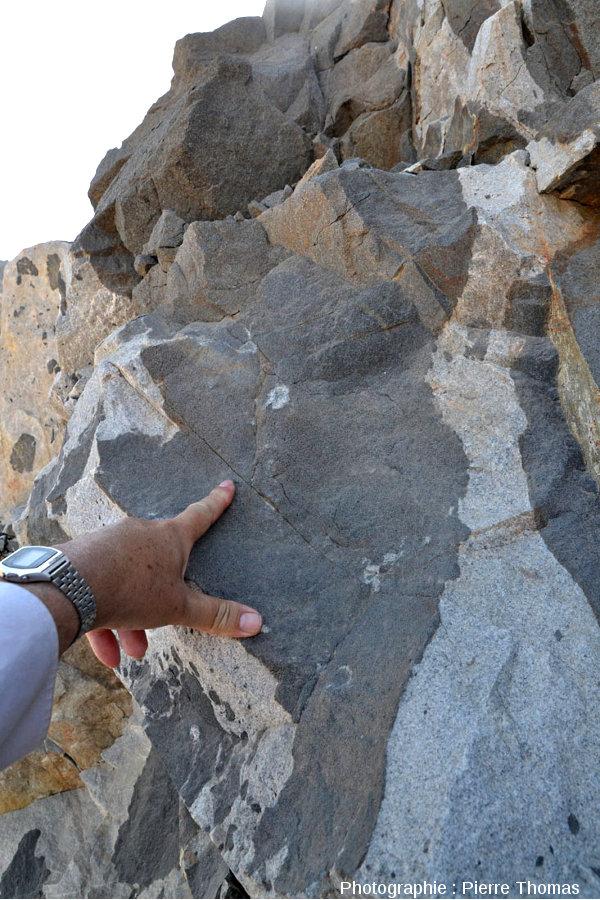 Grosse enclave de gabbro contenant elle-même une petite enclave de granite, route n°49, Oman
