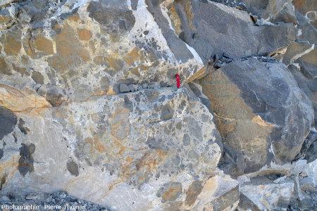 Partie gauche de l'affleurement, là où le gabbro est dilacéré dans le granite