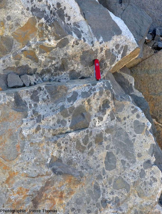 Détail sur la partie gauche de l'affleurement, là où le gabbro est dilacéré dans le granite