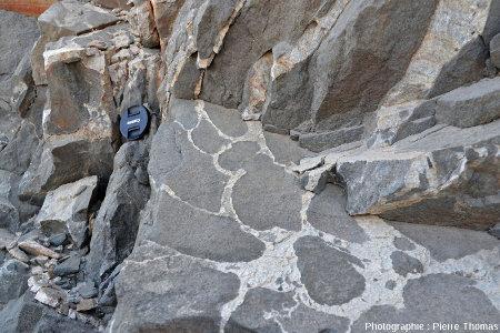 Exemple des relations géométriques granite-gabbro là où le granite est très minoritaire et forme des liserés courbes englobant des masses de gabbro sans limites anguleuses aigües