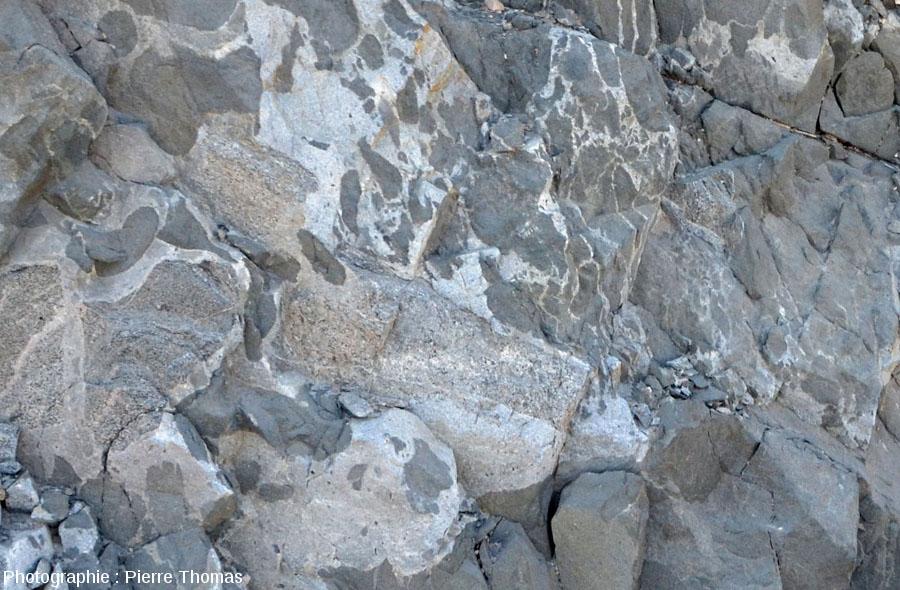 """Secteur où, en plus du granite et du gabbro """"habituels"""" tant par leur couleur et leur géométrie, on découvre une roche de teinte intermédiaire"""