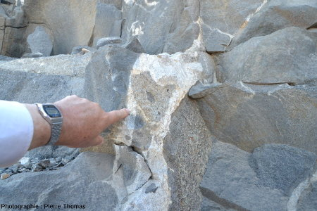Une masse de granite inter-gabbro, contenant une enclave de roche de teinte intermédiaire, contenant elle-même une enclave de gabbro