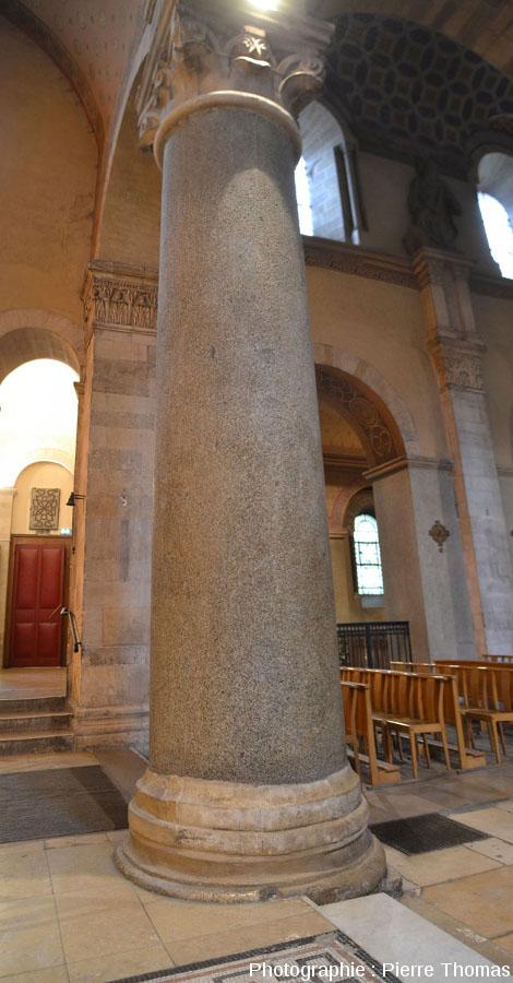 Une des quatre colonnes du transept de la basilique d'Ainaydans laquelle on devine deux ou trois petites enclaves basiques