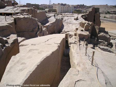 L'Obélisque Inachevé, resté dans sa carrière, une des curiosités touristiques de l'actuelle agglomération d'Assouan (Égypte)