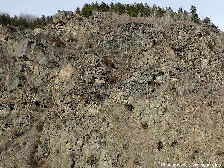 Détail du contact entre grès et pélites carbonifères (en haut à gauche) et microdiorite (en bas à droite)