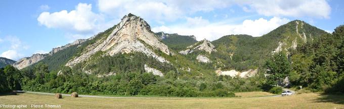 Panorama sur l'anticlinal des figures précédentes, Saint-Julien-en-Beauchêne, Hautes Alpes