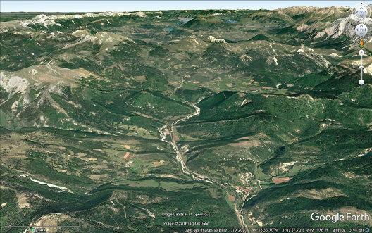 Vue aérienne des anticlinaux de Saint-Julien-en-Beauchêne, en direction du Nord