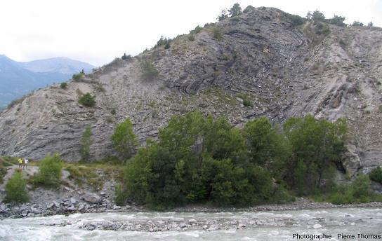 Vue d'ensemble d'un affleurement homologue à celui des figures précédentes, mais situé sur la rive opposée (rive droite) de la Durance et 300m en amont à proximité d'Embrun (Hautes Alpes)