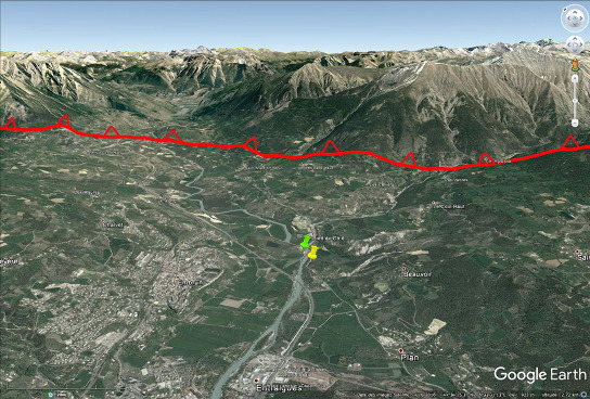 Vue aérienne du Val Durance en amont d'Embrun (Hautes Alpes), ville située dans le quart inférieur gauche de l'image
