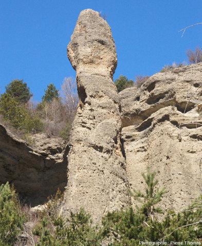 Vue d'ensemble sur un des pinacles de la rive droite du Guil à la base de la citadelle de Mont-Dauphin (Hautes-Alpes)