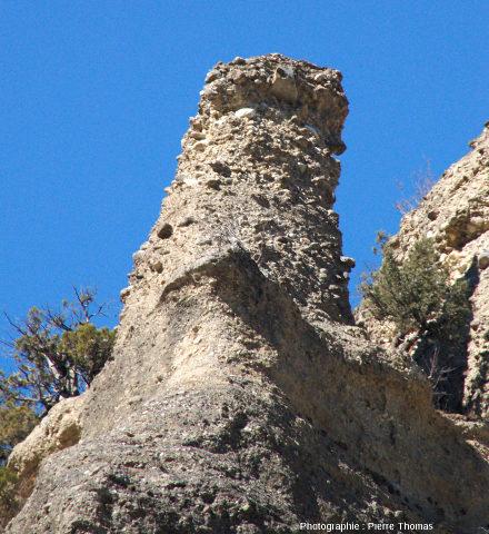 Vue de détail sur un des pinacles de la rive droite du Guil à la base de la citadelle de Mont-Dauphin (Hautes-Alpes)