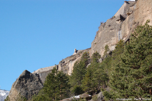 Remparts et échauguette bâtis par Vauban surmontant la terrasse conglomératique de Mont-Dauphin