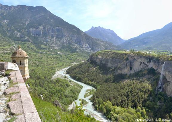 La vallée du Guil prise depuis l'échauguette qui se trouve à l'extrémité du plateau de Mont-Dauphin, à une altitude de 1010m