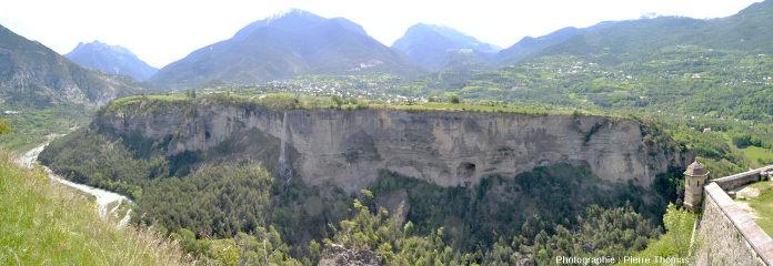 Le plateau du Simoust vu depuis l'échauguette qui se trouve à l'extrémité du plateau de Mont-Dauphin
