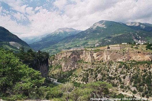 Vue globale sur le plateau de Mont-Dauphin et sa citadelle depuis le rebord du plateau du Simoust