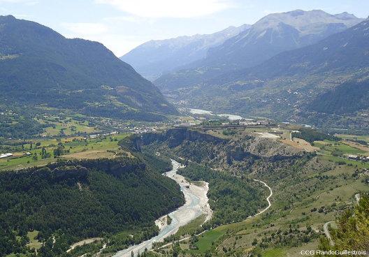 Vue sur les deux plateaux du Simoust (à gauche) et de Mont-Dauphin (à droite), qui faisaient partie de la même terrasse (d'un âge compris entre -22000 et -17000a BP) avant que le Guil ne creuse sa vallée et ne les sépare