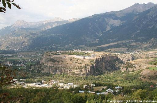 Vue sur les deux plateaux du Simoust (à droite) et de Mont-Dauphin (au centre), qui faisaient partie de la même terrasse (d'un âge compris entre -22000 et -17000a BP) avant que le Guil ne creuse sa vallée et ne les sépare