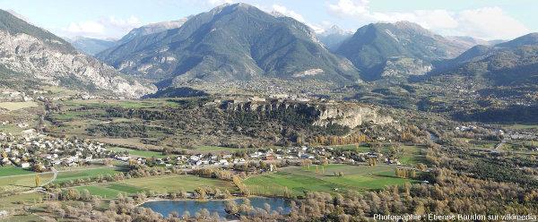 Le plateau de Mont-Dauphin vu depuis les hauteurs de Réotier, vue prise depuis l'Ouest sur la rive droite de la Durance