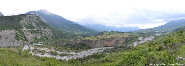 Le principal fragment de la terrasse de Chateauroux-les-Alpes, plateau situé entre la Durance (à gauche) et le Rabioux (à droite)