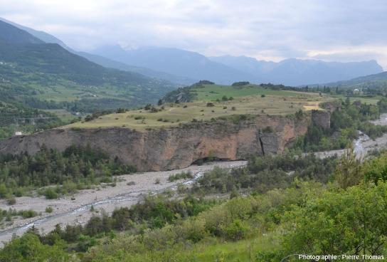 Le principal fragment de la terrasse de Chateauroux-les-Alpes, plateau situé entre la Durance et le Rabioux (à droite)