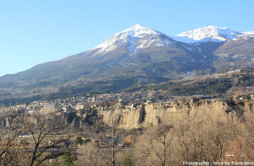 Vue de la terrasse portant la ville d'Embrun