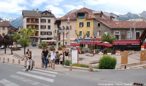 La place Joseph Salva de Guillestre, Hautes Alpes