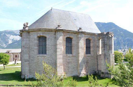 L'église (inachevée) de Mont-Dauphin (17ème siècle) bâtie en calcaire griotte