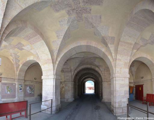 """L'intérieur de la """"porte Nord"""" des remparts de Mont-Dauphin bâtis avec du calcaire griotte"""