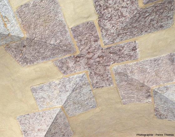 """Détail de l'intérieur de la """"porte Nord"""" des remparts de Mont-Dauphin bâtis avec du calcaire griotte"""