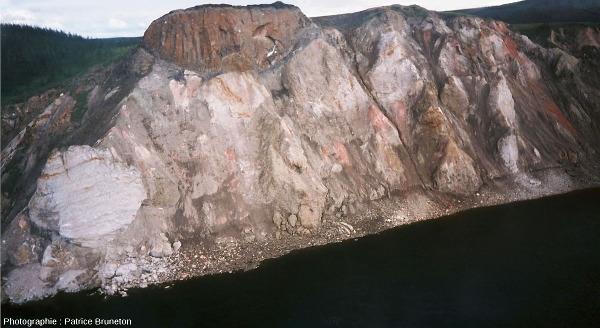 Les falaises des Motley Rocks creusées par la rivière Rassokha à travers les éjectas de l'astroblème de Popigai, Sibérie