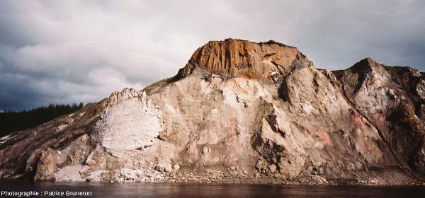 Vue sur les falaises des Motley Rocks, cratère de Popigai, Sibérie