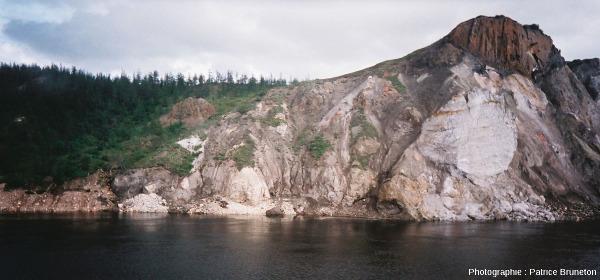 Vue sur la partie amont des falaises des Motley Rocks, cratère de Popigai, Sibérie