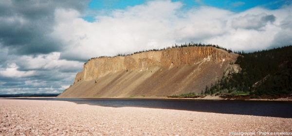 Vue sur la partie aval des falaises des Motley Rocks, cratère de Popigai, Sibérie