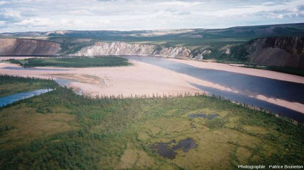 Vue d'hélicoptère montrant un vaste secteur des falaises des Motley Rocks, cratère de Popigai, Sibérie