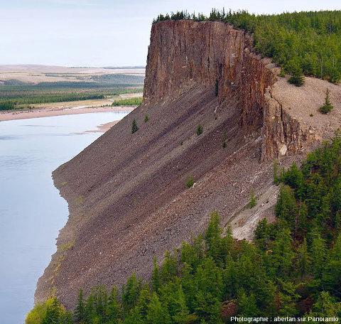 Vue prise du sommet d'un autre secteur des falaises des Motley Rocks, cratère de Popigai, Sibérie