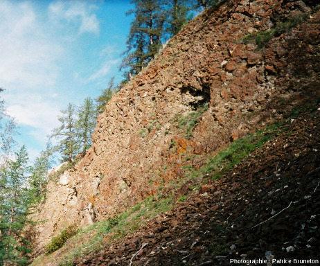 En se dirigeant à pied vers les falaises d'impactites, à quelques kilomètres des Motley Rocks, Sibérie