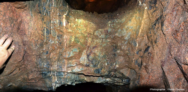Pilier horizontal laissé en place (pour éviter les effondrements) entre les deux épontes (terme de mineur désignant les bords d'un filon) d'un filon vertical de fluorine presque complètement exploité, Lantignié (Beaujolais, Rhône)