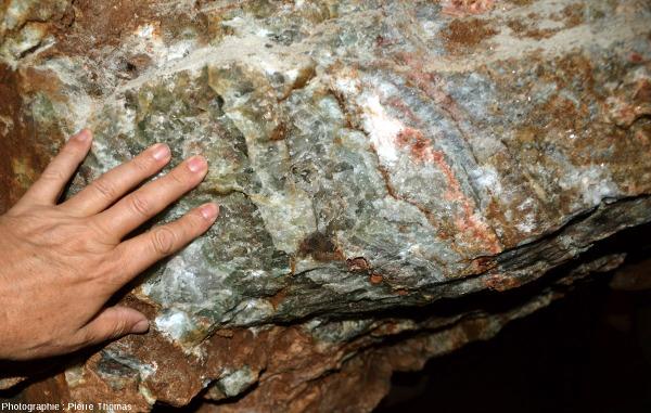 Détails de couches de fluorine laissées par les mineurs sur les épontes et/ou sous forme de pilier horizontaux