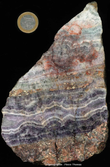 Petit échantillon ramassé dans les galeries de Lantignié montrant une section incomplète d'un filon, avec l'éponte granitique, en bas, et un remplissage complexe, incomplet, sur au-dessus