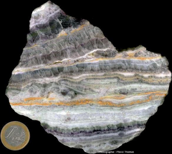Échantillon ramassé dans les galeries de Lantignié montrant que l'histoire de la cristallisation des différentes couches de fluorine (et de silice) au sein d'un même filon peut être complexe