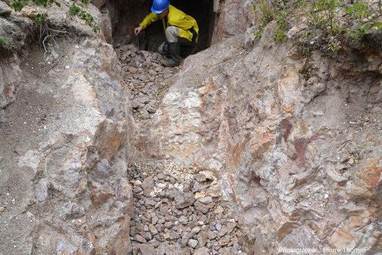 Entrée d'une galerie de mine au bout d'une tranchée ayant partiellement évidé un filon de barytine, secteur minier de Lantignié (Beaujolais, Rhône)