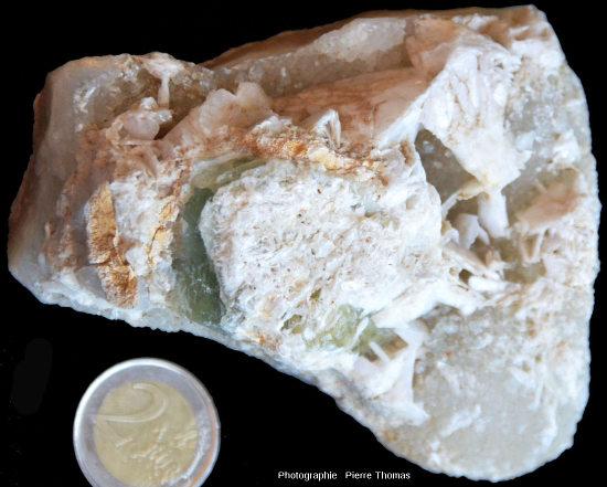 Échantillon montrant de la barytine (blanche) du quartz (gris) et de la fluorine (verte)