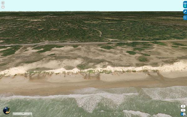 """Vue aérienne d'un secteur des plages de Grayan-et-l'Hôpital, Vensac, et Vendays-Montalivet où l'on voit bien les """"sources ferrugineuses"""" sortant de la base du cordon dunaire"""