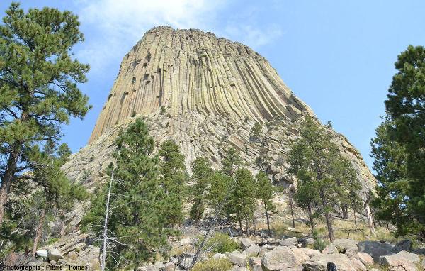 Face Est de la tour du Diable, sa prismation régulière du sommet s'incurvant à sa base, surmontant le niveau inférieur à prismation irrégulière et apparemment peu pentée