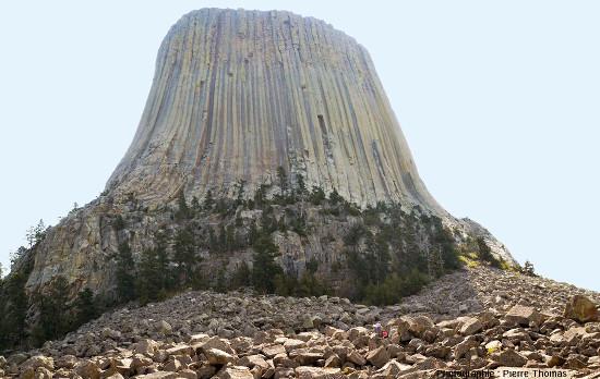 Face Nord-Ouest de la tour du Diable, sa prismation régulière du sommet et incurvée à sa base, surmontant le niveau inférieur à prismation irrégulière